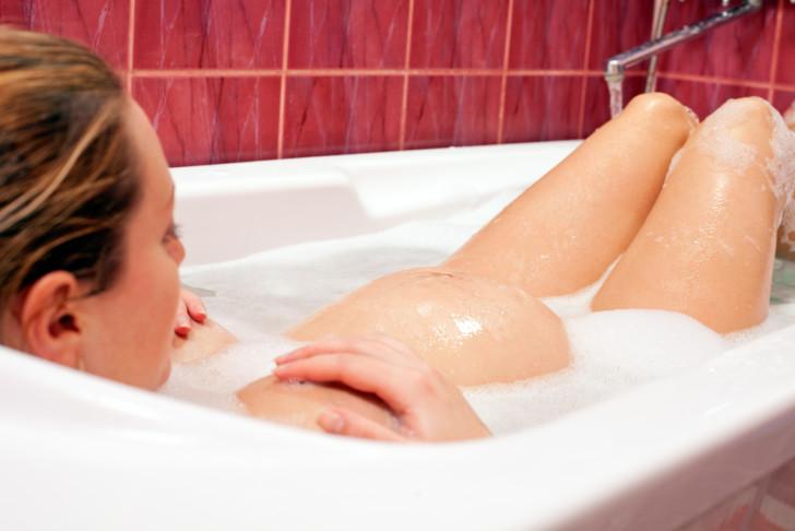 Можно ли принимать ванну во время беременности, почему нельзя купаться на ранних сроках?