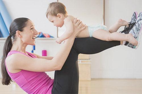Действенные упражнения, которые помогут восстановить форму после родов