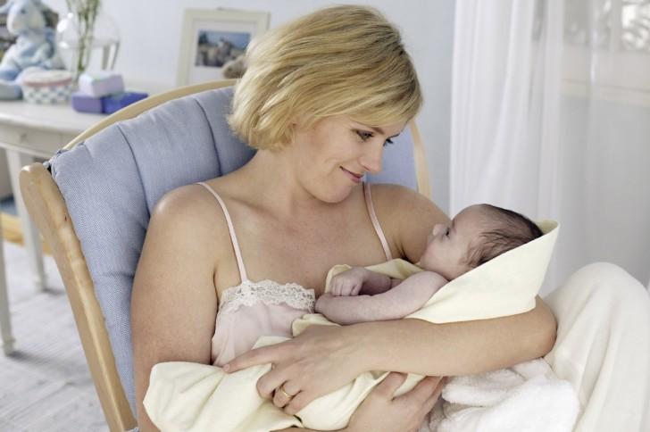 Когда приходит молоко после родов у первородящих и повторнородящих женщин?