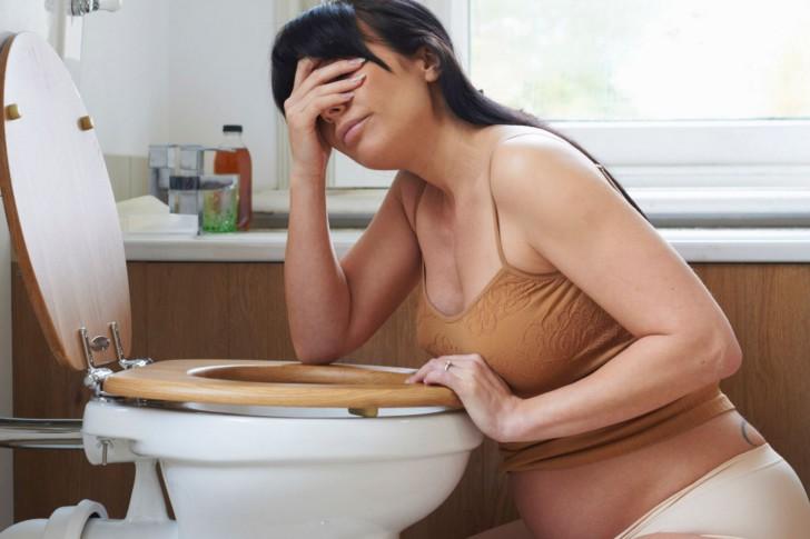 Рвота при беременности на ранних и поздних сроках: почему возникает и что делать?