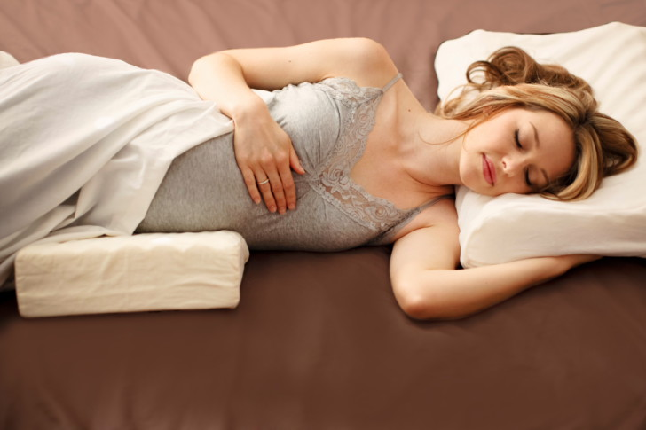 В каком положении нужно спать беременным